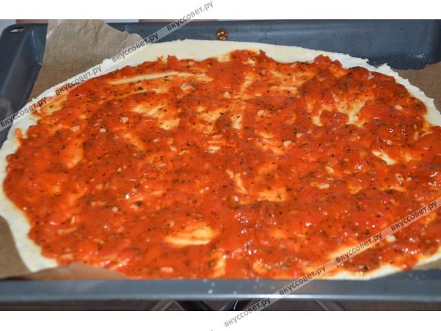 Тесто раскатать в форме пиццы и намазать полученным соусом