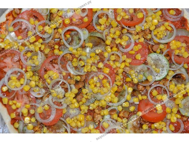 Далее положить помидор порезанный кружочками, лук нарезанный кольцами, грибочки (у меня были маринованные лисички) и посыпать кукурузой
