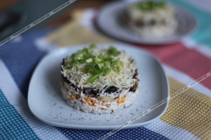 Слоеный салат с курицей и грибами пошаговый рецепт с фото
