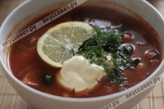Мясная солянка — одно из самых вкусных блюд, которое подавали в трактирах на Руси и раньше она называлась не солянка, а селянка — от слова, сельский, потому что блюдо ели в основном в сельской местности