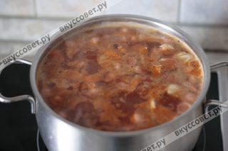 Следом добавляем лавровый лист, перец горошком, пол стакана рассола от маслин или огурцов