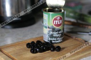 В это время нарезаем маслины пополам