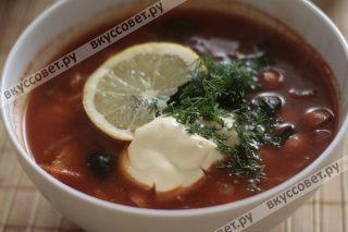 Если вам солянка кажется несоленой, то ее необходимо посолить и подавать к столу с лимоном, зеленью, маслинами и сметаной