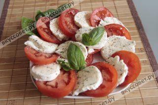 Моцареллу нарежем кружочками и уложим попеременно помидор и сыр