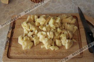 Картошку чистим и нарезаем кубиками