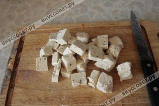 Плавленный сыр для супа нарезаем кубиками