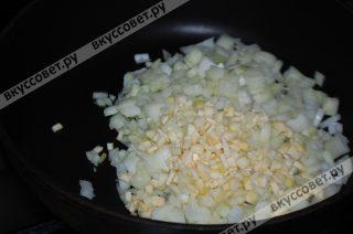 На сковороде нагреваем растительное масло и обжариваем лук и чеснок