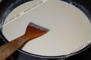 Добавляем к муке молоко, вливая его тонкой струйкой, следим чтобы не образовались комочки и варим, постоянно помешивая, до состоянии жидкой сметаны