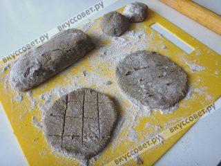 Раскатываем тесто толщиной 1-1,5 см, придаем форму лепешке