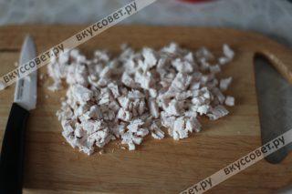 Куриное филе отвариваем в соленой воде до готовности, даем полностью остыть и нарезаем небольшими кусочками