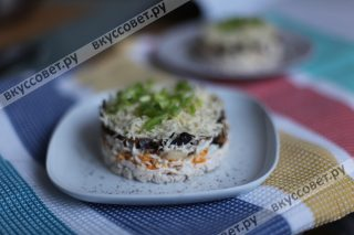 Украшаем салат зеленым луком и свежемолотым перцем