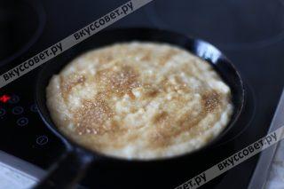 Смазываем форму или сковороду сливочным маслом и выкладываем кашу, посыпаем коричневым сахаром и ставим в разогретую до 180 градусов духовку, выпекаем до золотистой корочки