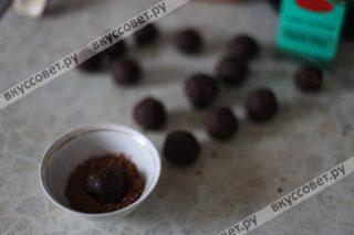 Обваливаем каждую конфету в какао или в сахарной пудре