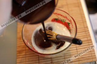 Соединяем шоколадную и яичную массу