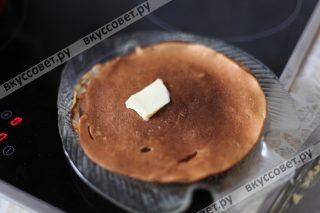 Складываем блины стопкой и смазываем сливочным маслом, если любите сладкие блины, посыпайте каждый блин сахаром