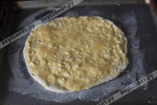 Покрываем все 5 штук сырной начинкой сверху, прокалываем хачапури вилкой по краям, чтобы не вздулись, и ставим в разогретую до 200 градусов духовку на 10-12 минут