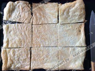 Достаем тесто, даем ему немного остыть и нарезаем на довольно крупные квадраты, как на фото