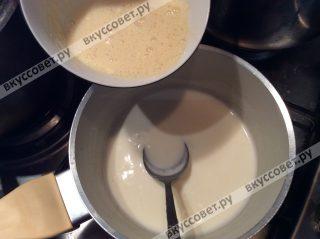 В почти кипящие сливки тонкой струйкой добавляем яйцо и муку, сразу тщательно перемешиваем венчиком и варим на небольшом огне, пока крем не загустеет