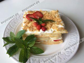 Украшаем торт клубникой и свежей мятой