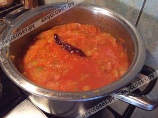 Добавляем один стручок красного острого перца либо 1 чайную ложку молотого красного перца, 3-4 столовые ложки подсолнечного масла