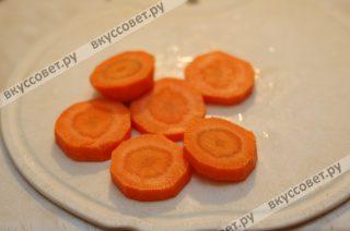 Морковь нарезаю на крупные кольца