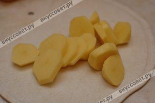 Картофель нарезаю на крупные дольки