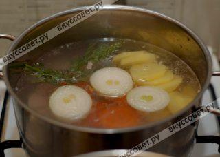 Подготовленные морковь, картофель и болгарский перец закладываю в кастрюлю