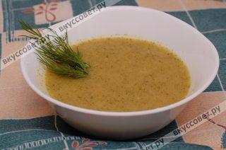 Горячий суп-пюре разливаю по тарелкам, украшаю зеленью, по желанию можно добавить сметану