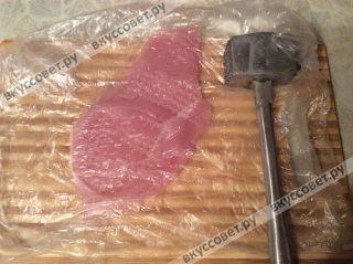 Затем убираем каждый кусочек в пакет и отбиваем специальным молотком с двух сторон