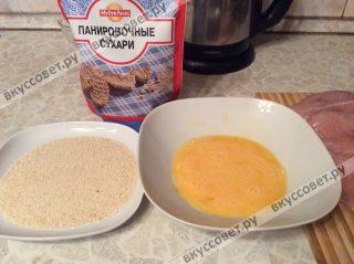 Готовим панировку: в одной миске смешиваем яйца, в другой миске насыпаем панировочные сухари
