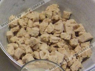 Филе остудить, мелко нарезать кубиками (примерно 1 см)