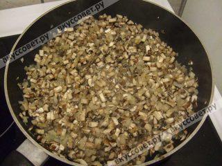 Добавить грибы и жарить до тех пор, пока не выкипит вся жидкость