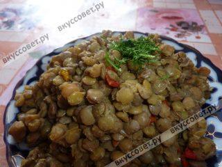 Подавать блюдо можно с зеленью и ломтиками свежих овощей