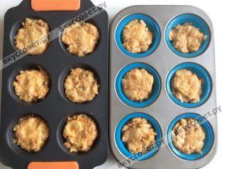 Формочки для кексов смазываем растительным маслом и наполняем тестом
