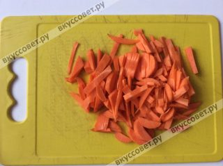 Морковь чистим и нарезаем соломкой