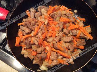 На сливочном масле обжариваем репчатый лук, затем добавляем морковь и мясо, добавляем соль, перец и специи