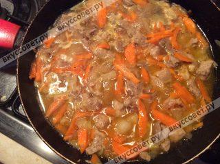 Следом добавляем бульон, можно взять мясной или овощной, какой вам больше нравится