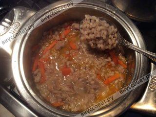 Смешиваем обжаренные овощи и мясо с перловой крупой, все хорошо перемешиваем и даем потомиться нашему блюду 20-30 минут под крышкой
