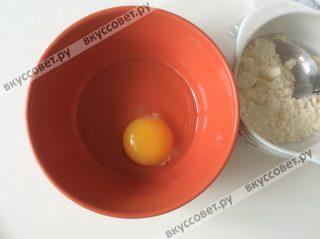 Первым делом чуть взбиваем яйцо и соль при помощи вилки