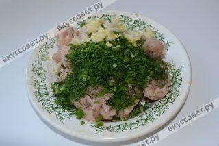 Чеснок и лук мелко нарезать, можно даже пропустить через мясорубку