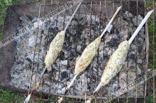 Выкладываем люля-кебаб на мангал и жарим до готовности
