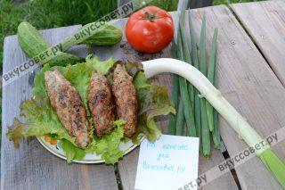 Подавайте люля-кебаб с помидорами и зеленью