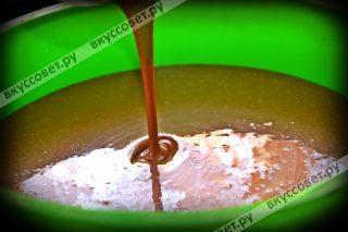 Форму смазать маслом, вылить смесь, которая с мукой и выпекать в нагретой до 180 градусов духовке, ~ 20-25 мин