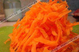 Морковь чистим и натираем на крупной терке