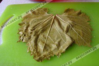 Затем листья выкладываем на доску и готовимся формировать долму :)