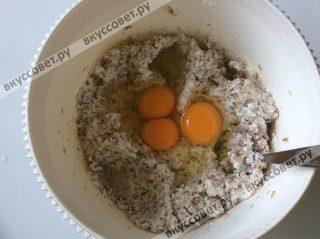 Следом добавляем яйца и еще раз перемешиваем