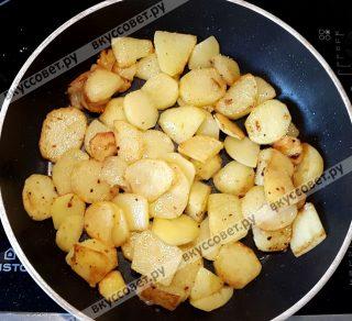 Отдельно обжарить до готовности (до светло-золотистого цвета) на растительном масле картофель