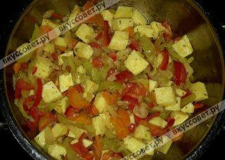 Взять кастрюлю, где будет вариться суп, положить сливочное масло и поставить на огонь, следом нарезать лук и добавить в масло и жарить