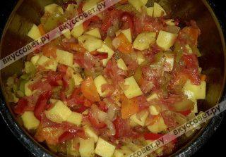 Почистить кожуру от помидор и добавить в кастрюлю