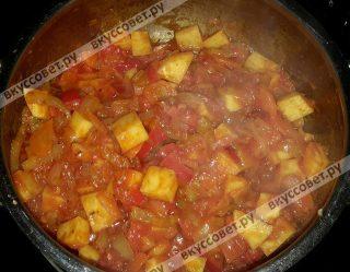 Далее добавить томатную пасту и все приправы